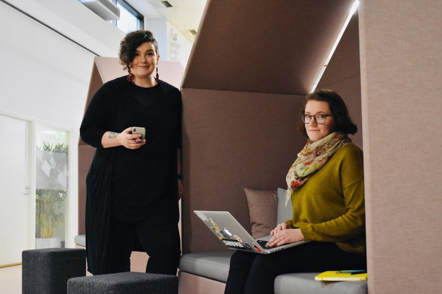 Crazy Townin työntekijät yhteisövetäjä Jenna Kankaanpää ja tuottaja Annika Kartano