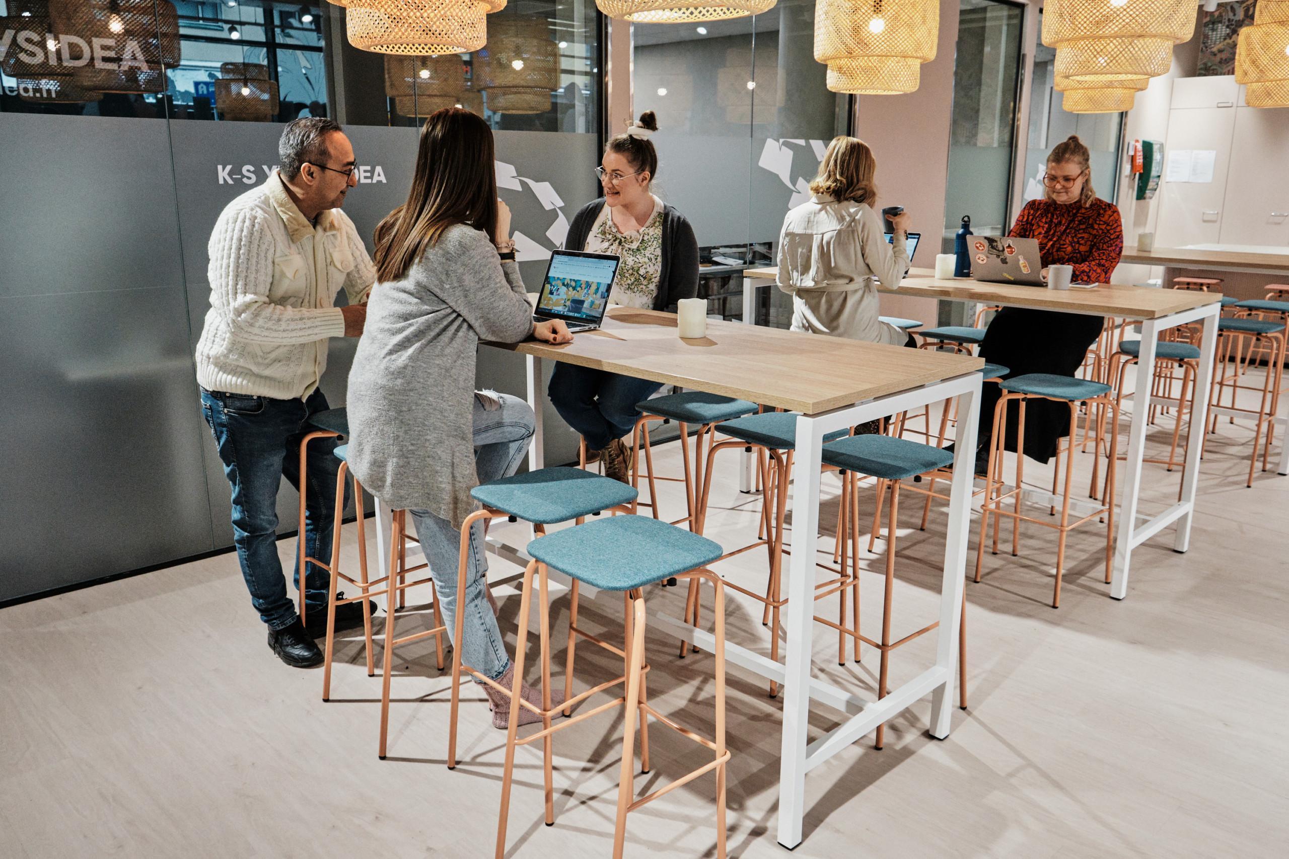 Tapahtuma Jyväskylä Learning Cafe ihmisiä töissä
